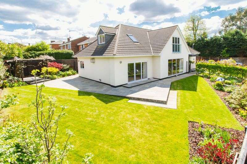 5 Bedrooms Detached House for sale in Longfield, Loughton