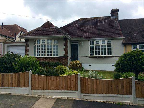 2 Bedrooms Bungalow for sale in Masefield Drive, Upminster
