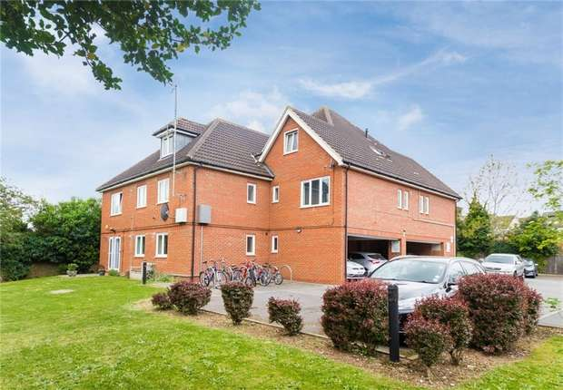 2 Bedrooms Flat for sale in Flat 4, Duvall Court, Merton Road, Slough, Berkshire