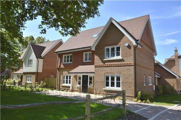 5 Bedrooms Detached House for sale in Oakwood Road, HORLEY, RH6