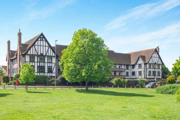 3 Bedrooms Flat for sale in Lammas Lane, Esher, Surrey