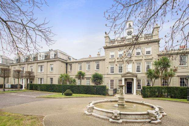 3 Bedrooms Flat for sale in High Street, Esher, Surrey