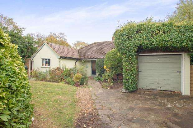 3 Bedrooms Bungalow for sale in East Molesey, Surrey