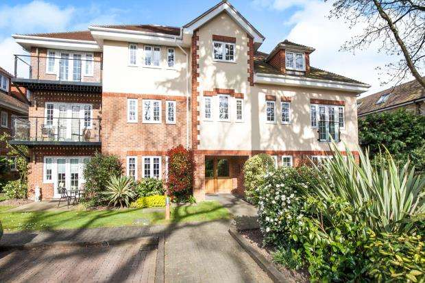 2 Bedrooms Flat for sale in Sheerwater Road, Addlestone, Surrey
