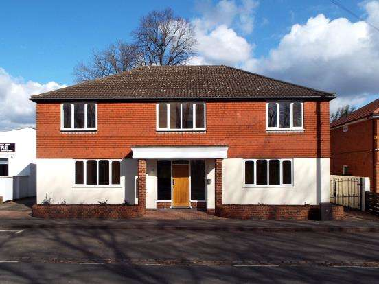 2 Bedrooms Flat for sale in Hawley Road, Blackwater, Camberley