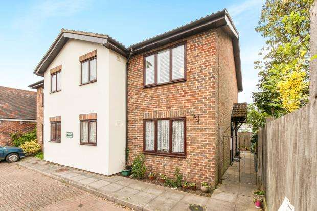 1 Bedroom Flat for sale in Holly Avenue, New Haw, Surrey