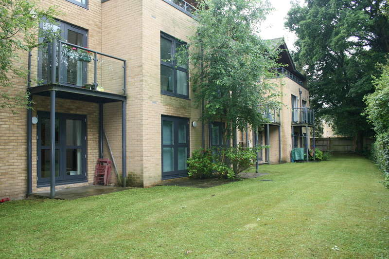 2 Bedrooms Ground Flat for sale in Stratford Court, Victoria Way
