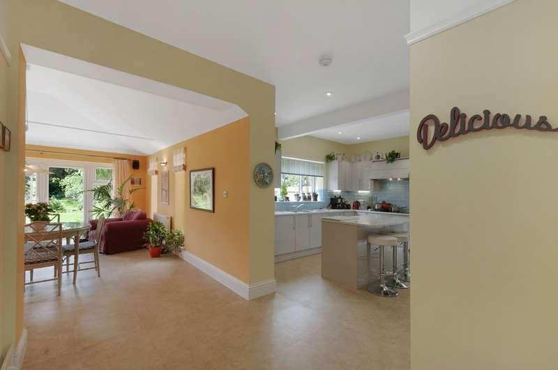 5 Bedrooms Detached House for sale in Cornwallis Avenue, Folkestone CT19