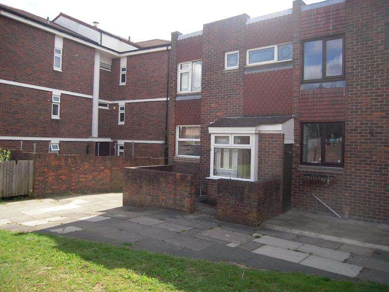 3 Bedrooms Terraced House for rent in Stanway Close, Chigwell, Essex. IG7 4BY