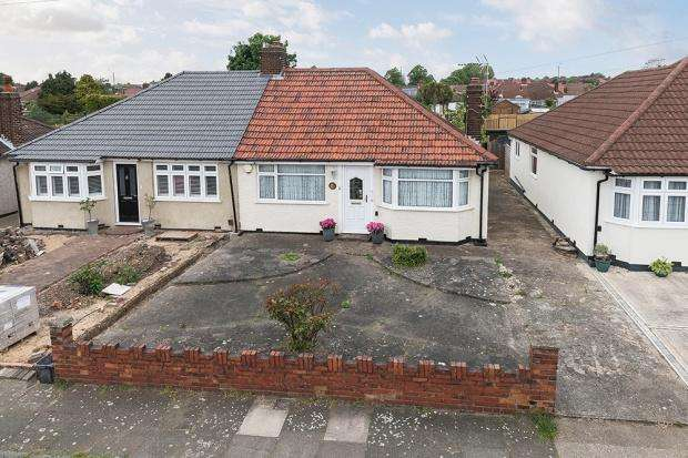 2 Bedrooms Bungalow for sale in Barry Avenue, Bexleyheath, DA7