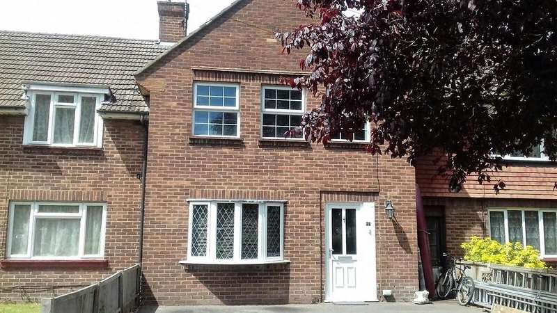 3 Bedrooms Terraced House for sale in Gloucester Crescent, Staines-upon-Thames, TW18