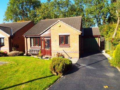 2 Bedrooms Bungalow for sale in Dovedale Close, High Lane, Stockport