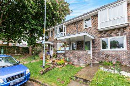 2 Bedrooms Flat for sale in Lindisfarne Close, Portsmouth, Hampshire