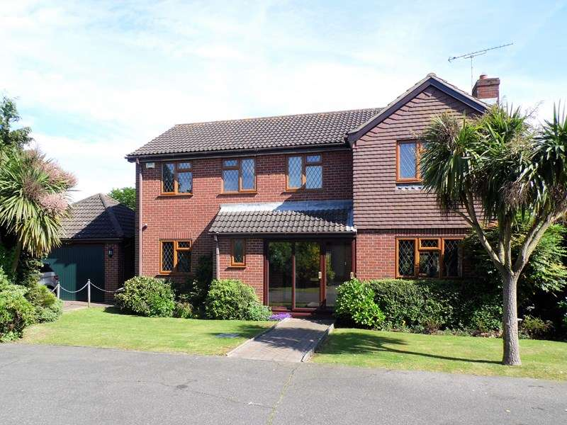 5 Bedrooms Detached House for sale in Wellsfield, Rayleigh