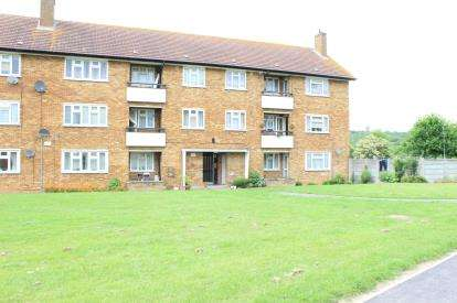 3 Bedrooms Flat for sale in Heathcote Avenue, Ilford