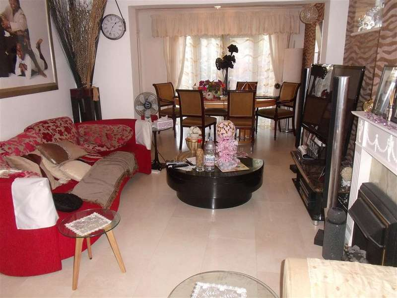 4 Bedrooms End Of Terrace House for sale in High Meadows, Chigwell, Essex