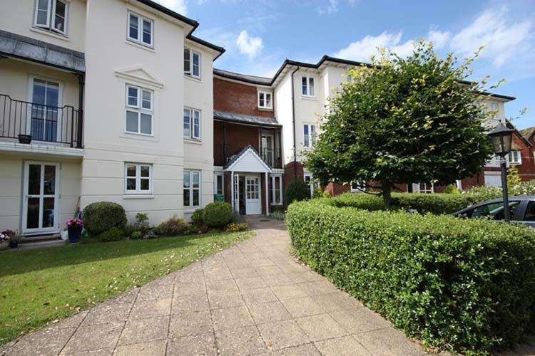 2 Bedrooms Ground Flat for sale in Bucklers Court, Lymington SO41