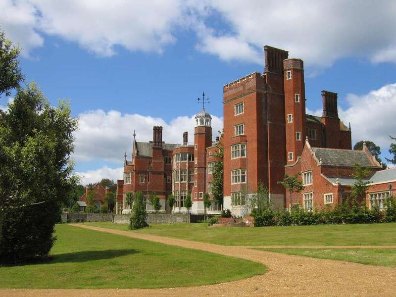 2 Bedrooms Flat for sale in Goldings Hall, Goldens Way