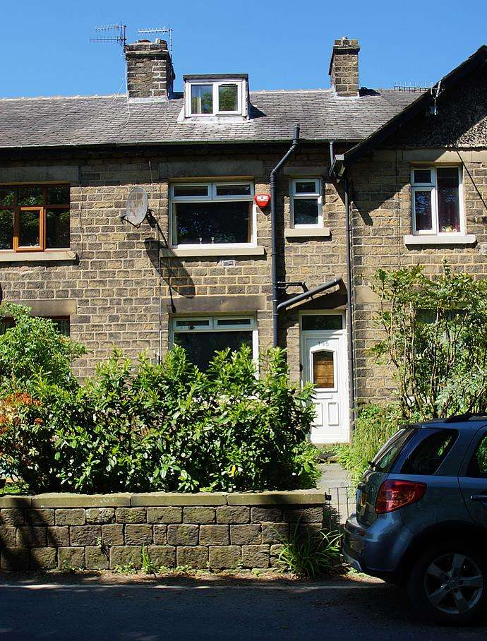 3 Bedrooms Terraced House for sale in Huddersfield Road OL3