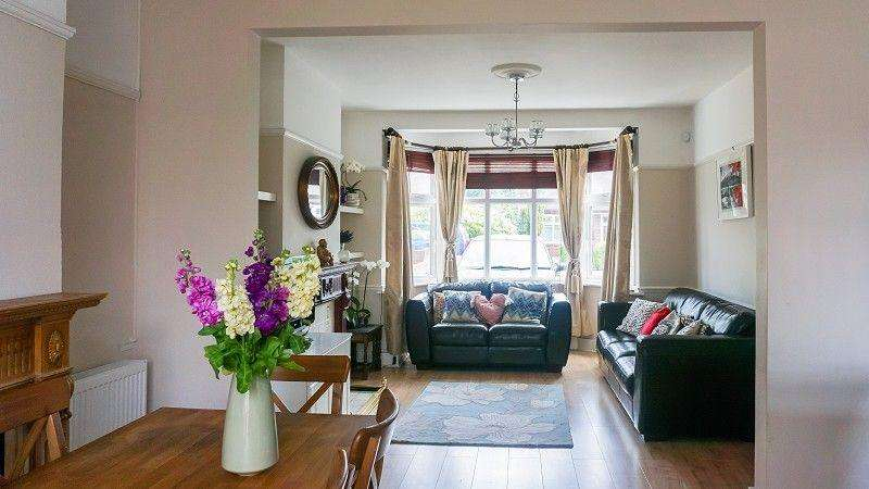 3 Bedrooms Terraced House for sale in Avenue Road, Woodford Green, Essex. IG8 7NU