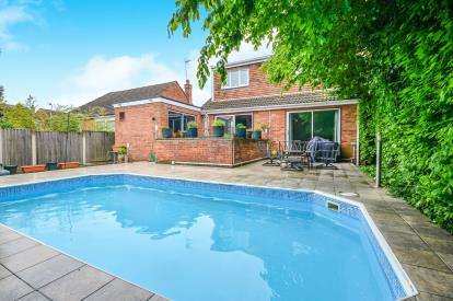4 Bedrooms Bungalow for sale in Winchester Close, Berry Hill, Mansfield, England