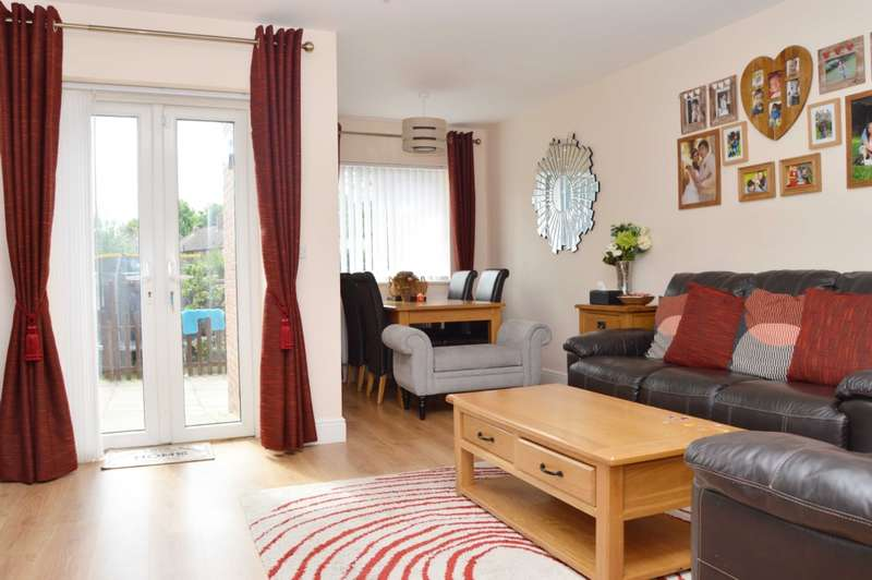 3 Bedrooms Semi Detached House for sale in North Hill Drive, Romford