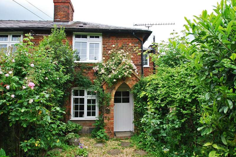 2 Bedrooms Cottage House for sale in Beacon Hill, Penn, HP10