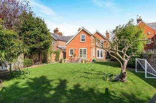 4 Bedrooms Detached House for sale in Petersfield Road, Midhurst, West Sussex, .