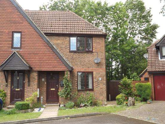2 Bedrooms Semi Detached House for sale in Fleet