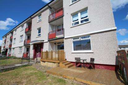 2 Bedrooms Flat for sale in Carnwadric Road, Thornliebank, Glasgow