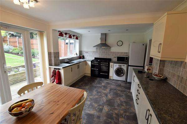 4 Bedrooms Detached House for sale in Essex Way, South Benfleet