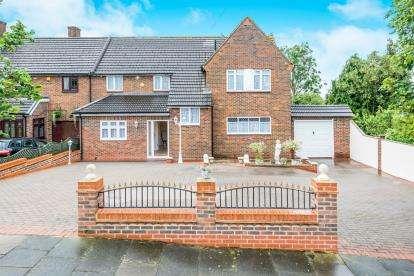 5 Bedrooms Semi Detached House for sale in Noak Hill, Romford, Essex