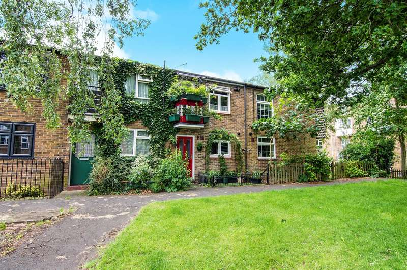 2 Bedrooms Terraced House for sale in Corcorans, Pilgrims Hatch, Brentwood, CM15