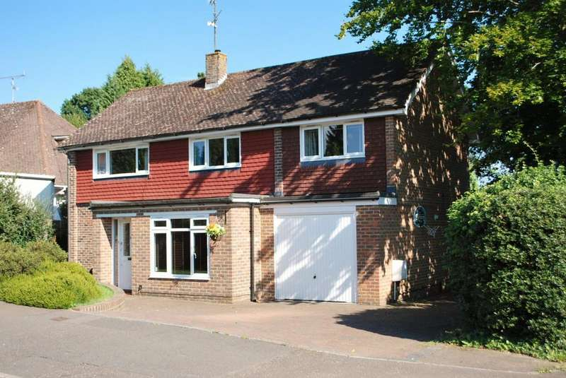 4 Bedrooms Detached House for sale in Sandeman Way, Horsham, RH13
