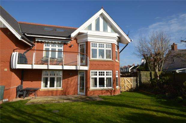 3 Bedrooms Flat for sale in Belle Vue House, 19 Belle Vue Road, Exmouth, Devon