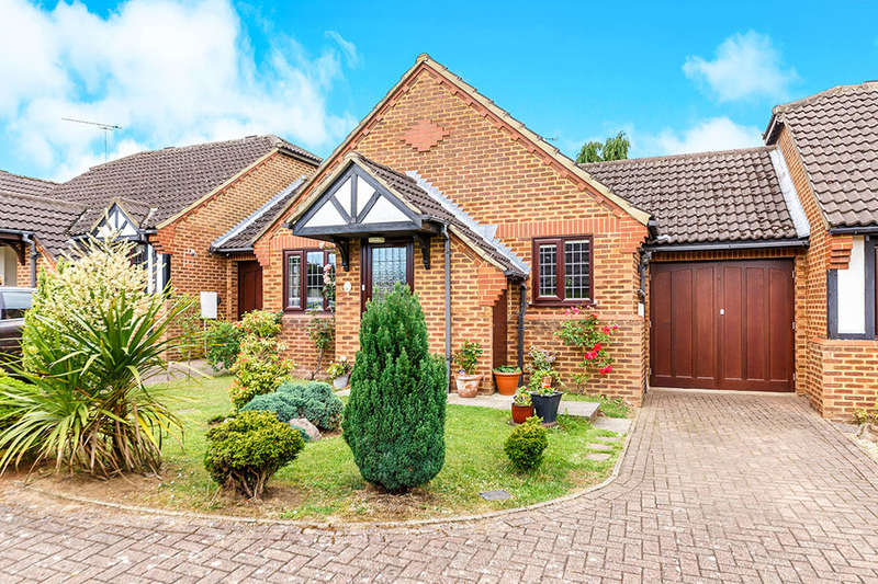 2 Bedrooms Bungalow for sale in Grovebury Gardens, Park Street, St. Albans, AL2