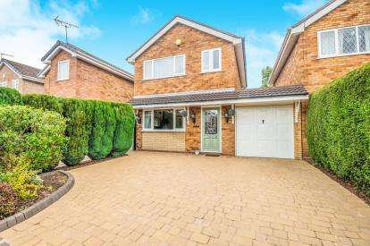3 Bedrooms Link Detached House for sale in Dursley Close, Willenhall, West Midlands
