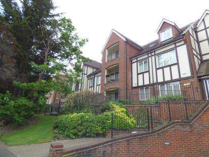 2 Bedrooms Flat for sale in Butts Green Road, Hornchurch