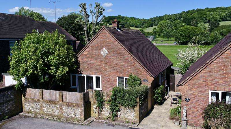 2 Bedrooms Detached Bungalow for sale in High Street, Great Missenden HP16