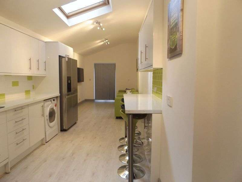 Property for rent in 7 Double Beds, 3 Shower Rooms - Recently fully refurbished