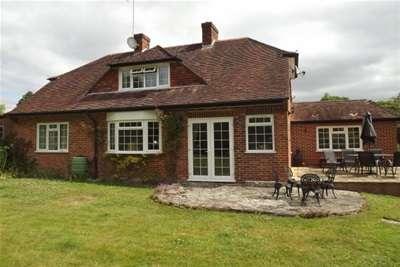 3 Bedrooms Detached House for rent in Woodlands Road