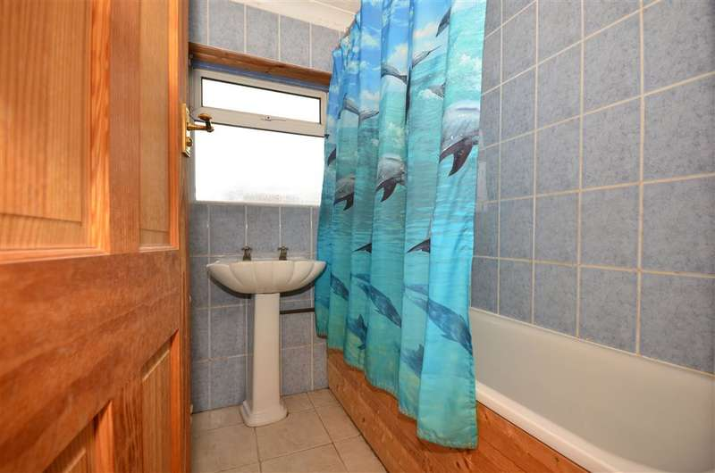 3 Bedrooms Semi Detached House for sale in Cox Lane, Chessington, Surrey