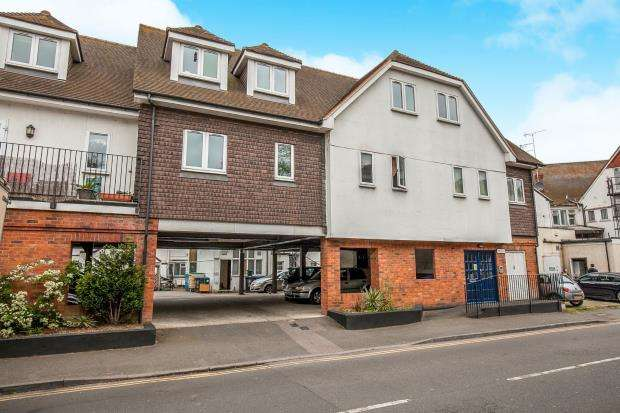 2 Bedrooms Flat for sale in Pyrford Road, West Byfleet, Surrey