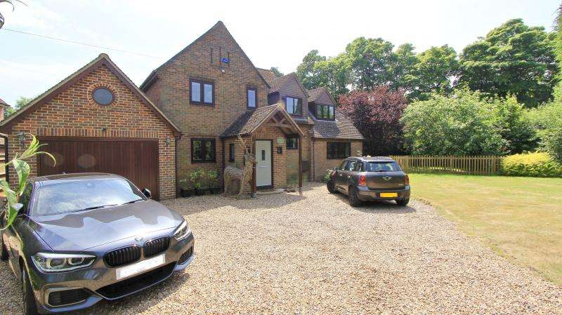 4 Bedrooms Detached House for sale in Chesham Road, Hyde End HP16