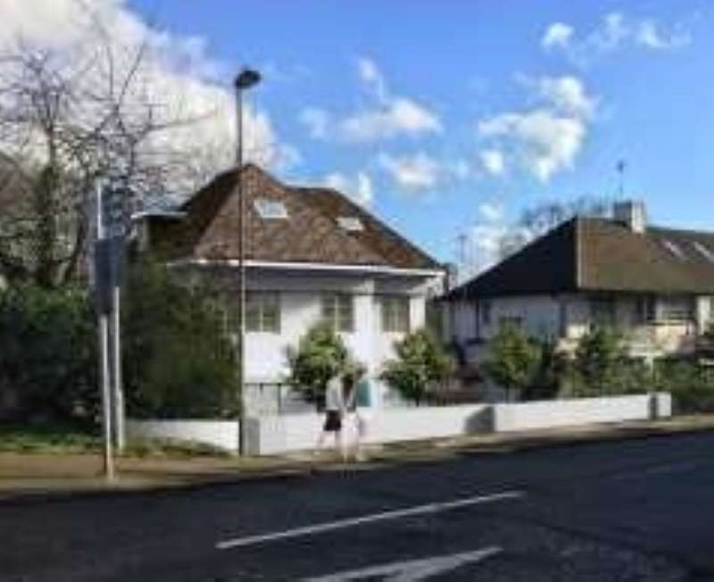 3 Bedrooms Detached Bungalow for sale in The Grove, Edgware, Middlesex, HA8 9QB