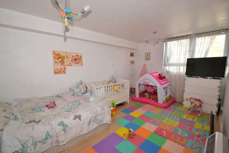 1 Bedroom Flat for sale in Gosfield Road, Dagenham, Essex, RM8