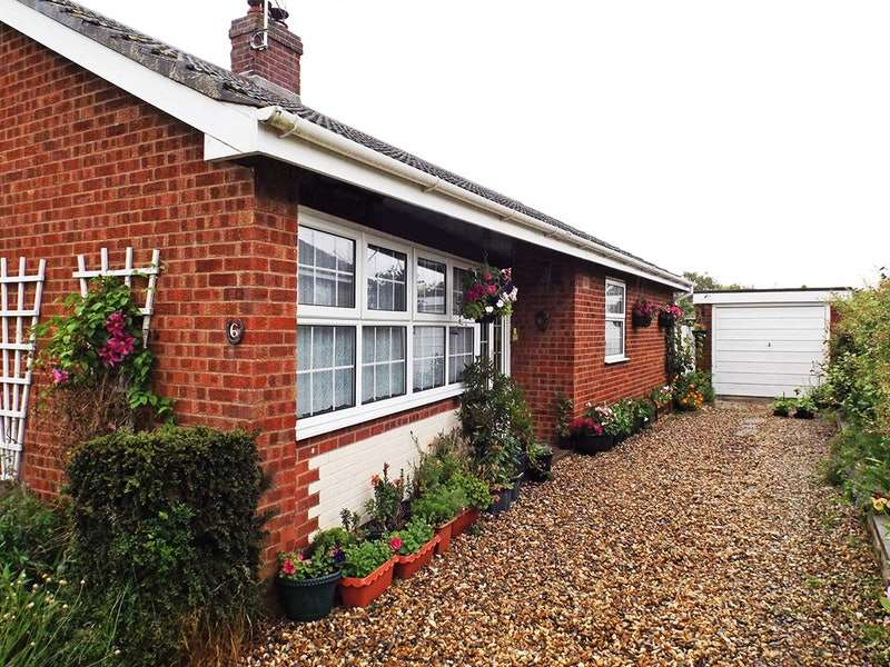 3 Bedrooms Bungalow for sale in Hillside Crescent, Wicklewood, Wymondham, Norfolk, NR18