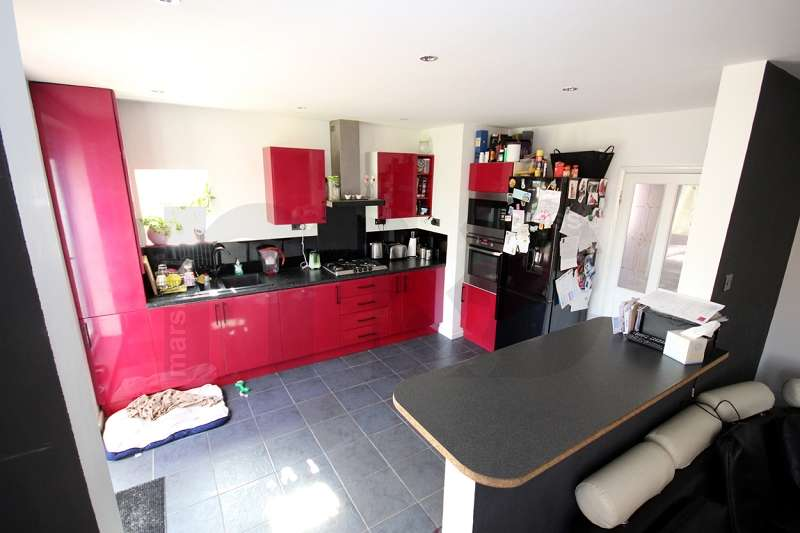 3 Bedrooms Semi Detached House for sale in St. Andrews Crescent, Wellingborough, Northamptonshire. NN8 2EU