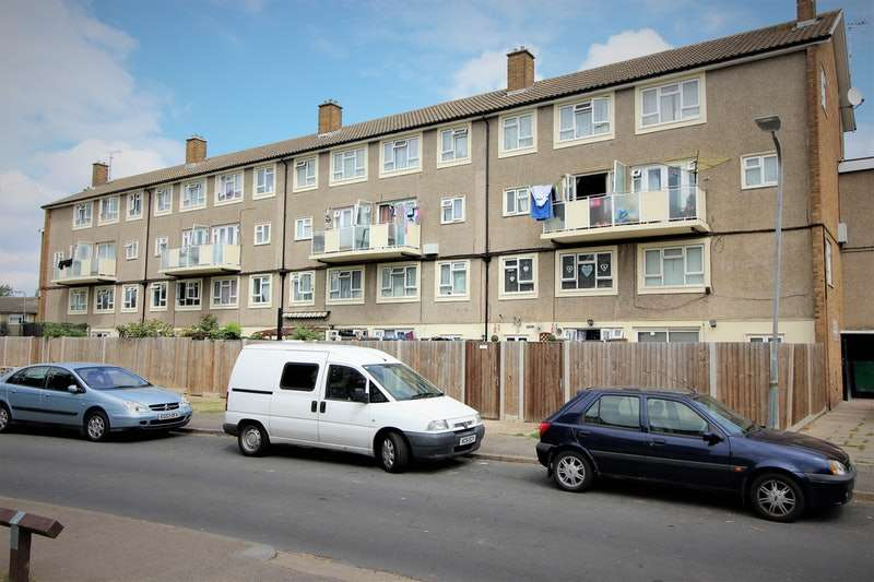 3 Bedrooms Maisonette Flat for sale in Saxon Gardens, Southend-on-Sea, Essex, SS3