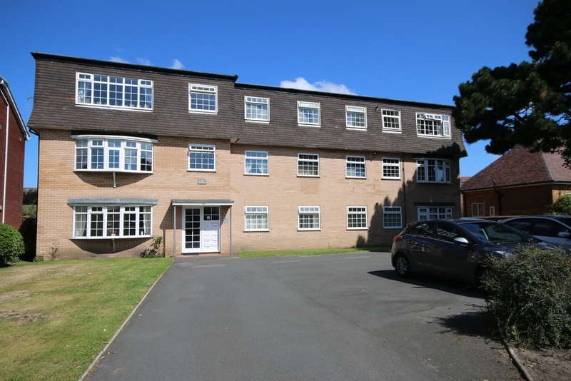 2 Bedrooms Ground Flat for sale in The Hollies, Roe Lane, Southport